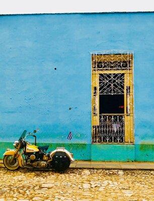 キューバ国旗とバイク   絶景事典