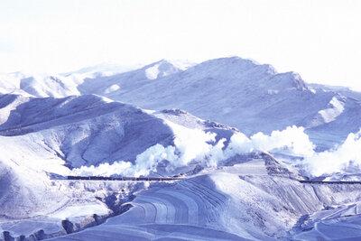 中国内モンゴル自治区 経棚峠を走る前進型SL | 絶景事典