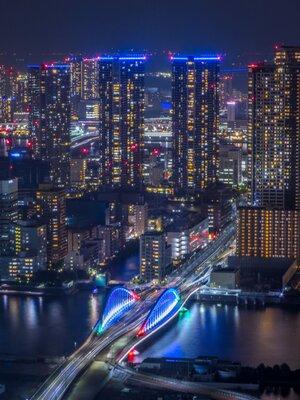 パラリンピックカラーの築地大橋と超高層マンション群   絶景事典