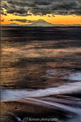 暮れ行く渚に波は寂光を煌めかせ、 夕富士を仰ぐ。。。   絶景事典