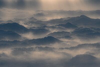 鹿野山九十九谷の朝霧と水墨画の世界 | 絶景事典