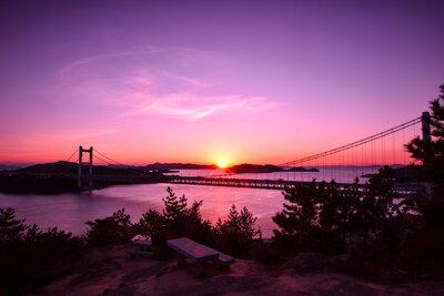 夕暮れに浮かび上がる橋のメイン画像