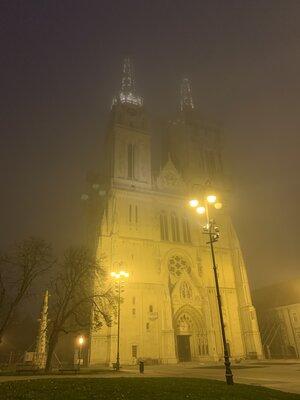 霧にけぶる大聖堂 | 絶景事典