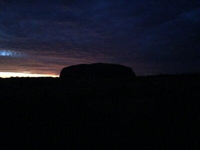 夜明け前のウルル   絶景事典