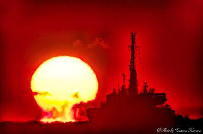 護衛艦「はたかぜ」をかすめる、 だるま夕陽 | 絶景事典
