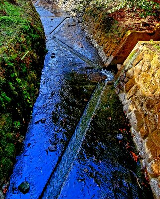 国造神社に流れる川   絶景事典