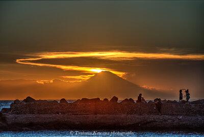夏雲輝き黄昏に聳えし富士に、人は魅せられ南房総は暮れ行くなり | 絶景事典