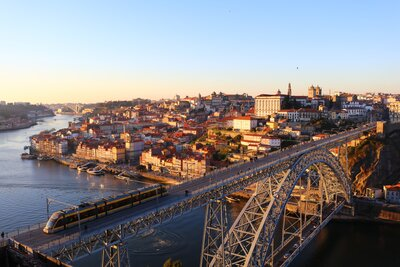 対岸へ渡るためだけじゃもったいない。橋から広がっていく美しい景色に注目のメイン画像