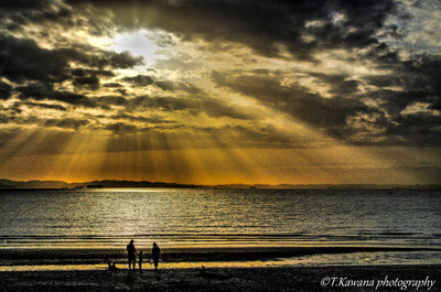 天使の梯子降り注ぐ渚に現れた、家族の姿。   絶景事典
