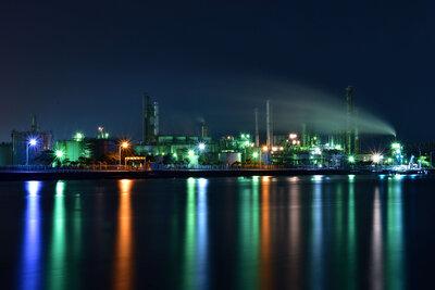 美しすぎる!闇夜に佇む重厚な姿が幻想的な工場夜景のメイン画像