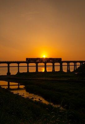 落陽とシルエット | 絶景事典